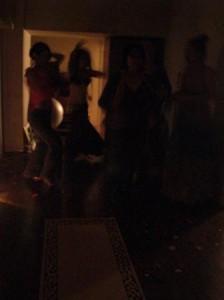 「暗闇で延々とダンスタイム」