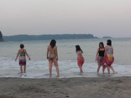 踊りの後は海
